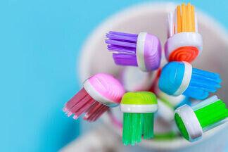 «Современному человеку зубной щетки и пасты недостаточно». Вместе со  стоматологом разбираемся в  многообразии средств гигиены