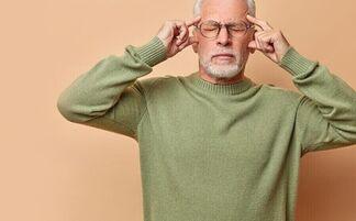Неуместная одежда, обеднение словарного запаса, провалы в памяти… 8 ранних признаков болезни Альцгеймера
