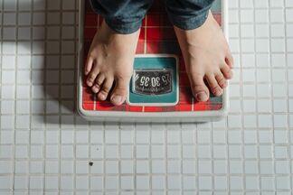 Ученые определили индекс массы тела, при котором риск осложнений от COVID-19 максимальный
