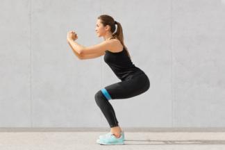 Качаем тело дома: 12 эффективных упражнений с фитнес-резинкой